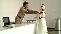 En Inde, des robots distribuent des masques et des gels hydroalcooliques pour lutter contre la propagation du coronavirus