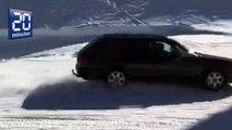 Suisse: il roule en voiture sur une piste de ski déserte !