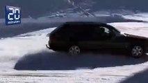 Un fou roule en voiture sur une piste de ski déserte en Suisse