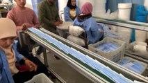 Manos con miedo y fe fabrican mascarillas contra el coronavirus en Egipto