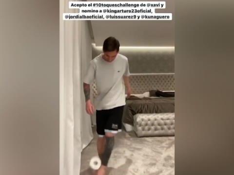 Coronavirus - Messi jongle avec du papier toilettes pour le #Stayathomechallenge