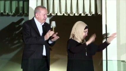 Erdoğan ve eşi sağlık emekçilerine alkışla destek verdi