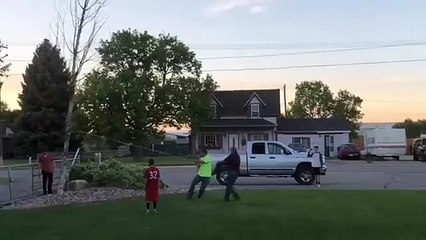 Un instant Karma quand des mecs essayent d'abattre un arbre !