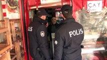 İstanbul'da polis sokağa çıkma yasağına uymayan yaşlıları uyardı