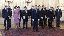 Masques aux visages et gants aux mains, le nouveau gouvernement slovaque prête serment
