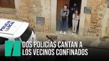 Dos policías de Mallorca canta para animar a los vecinos confinados