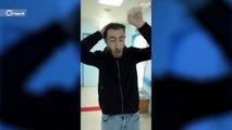 مصور قناة تلفزيونية يعقم أدوات التصوير بعد الخروج من أحد مشافي الأردن