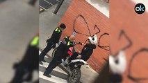 Un joven se enfrenta a la Guardia Urbana de Barcelona