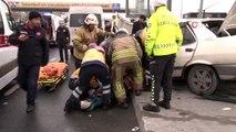 Islak zeminde kontrolden çıkan araç hurdaya döndü: 3 yaralı