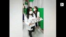 Unos médicos felicitan el cumpleaños a su compañera durante la crisis por el COVID-19 en Filipinas