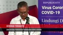 Tim medis mengevakuasi seorang warga negara asing (WNA) terjangkit virus corona (COVID-19) turun dari kapal saat simulasi penanganan virus Corona di Pelabuhan Sukarno Hatta, Makassar.