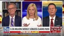 Alors que les Etats-Unis sont de plus en plus touchés, une journaliste de FOX News se fait lyncher après s'être inquiétée du sort des femmes privées de leur coiffeur ou de leur manucure