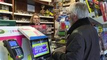 Coronavirus: à Paris, l'interminable attente devant les rares tabacs ouverts
