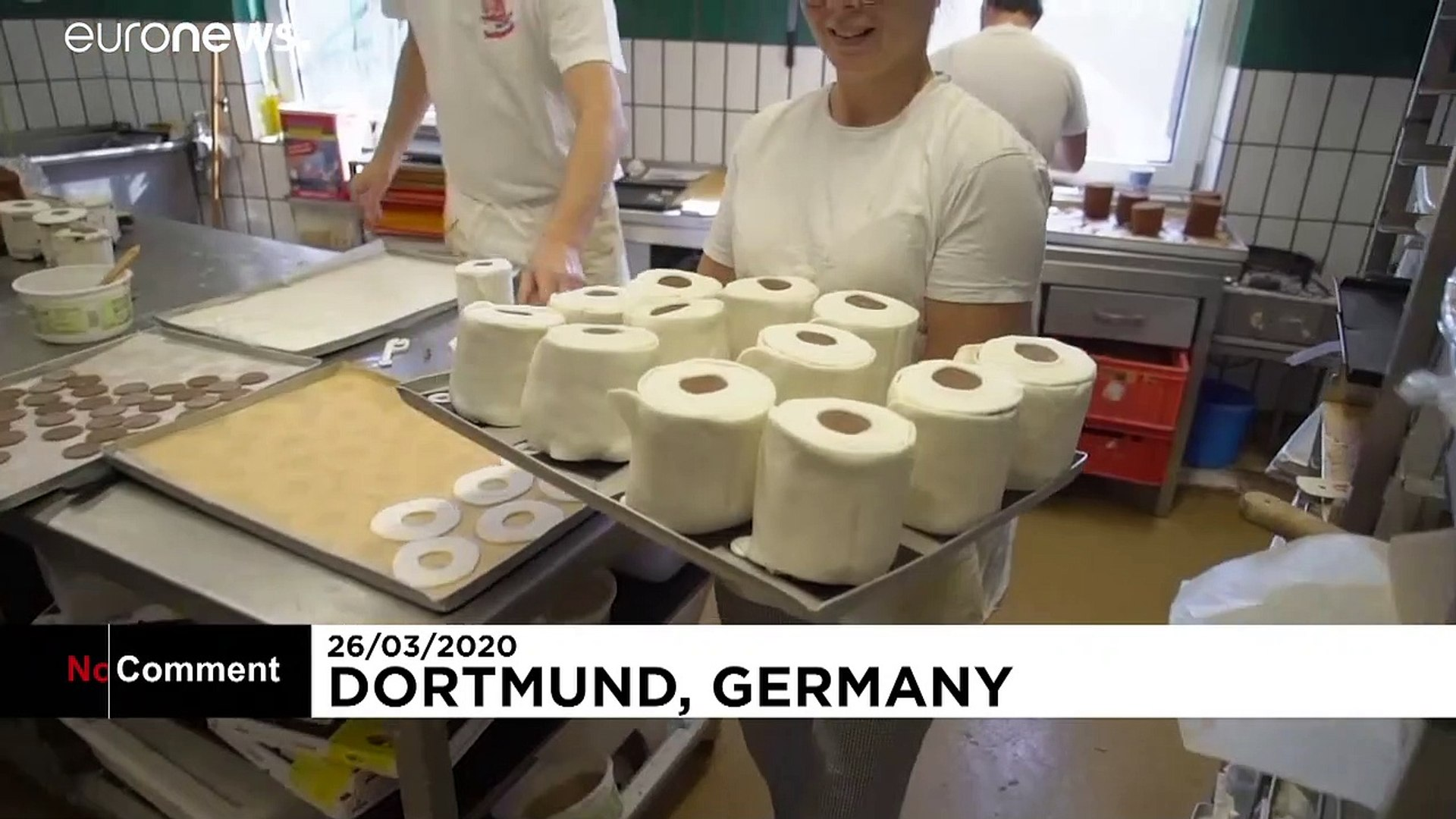 شاهد: من وحي كورونا.. خباز ألماني يعد كعكا على شكل ورق المراحيض النادر في الأسواق