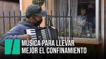 Un músico chileno toca el acordeón frente a la ventana de sus padres