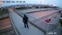 Üst geçitte karşılaştığı kadının çantasını böyle gasp etti