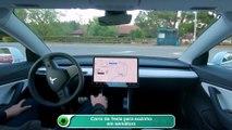 Carro da Tesla para sozinho em semáforo
