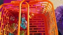 Kids Toy Videos US - Ani y Ona sirenas en el mar buscan tesoros en la arena con los Ziwies
