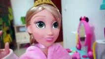 Rapunzel ayuda a su mamá Cuida del bebé y los niños juegan