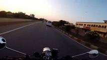 Grosse frayeur pour ce motard qui doublait un camion