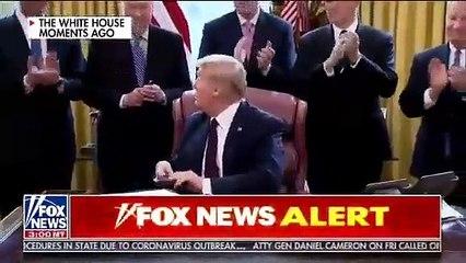 Trump montre comment propager le Coronavirus !!