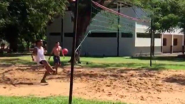 Quand Ronaldinho se régale au Foot Volley en prison