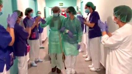 Un survivant du COVID-19, âgé de 93 ans, applaudi par le personnel d'un hôpital