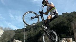 اسبانيا: بطل دراجات هوائية يتحدى الموت !!!