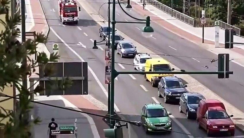 Un conducteur refuse de laisser passer un camion de pompier