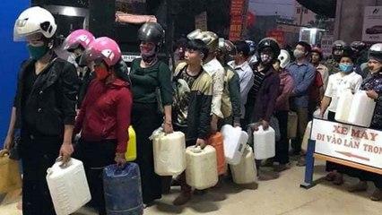 Đổ xô đi mua xăng tích trữ sau khi hạ giá