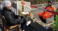 Un couple de personnes âgées se rejoint tous les jours à la frontière qui sépare leurs pays pour boire un café