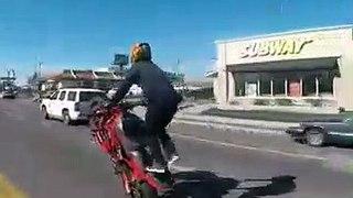 Ce motard nargue la police, regardez leur réaction