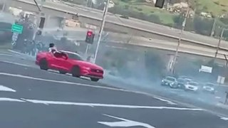 VÍDEO: El conductor de este Mustang se toma muy en serio el distanciamiento social (quizá demasiado)