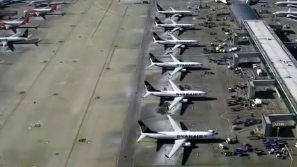 Un drone filme les avions cloués au sol dans un aéroport de Londres