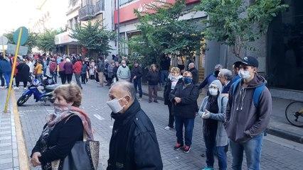 En pleno aislamiento: largas colas en los bancos de Córdoba