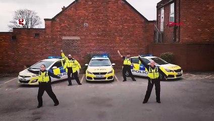 İngiltere'de polisler insanların evinde kalması için her yolu deniyor