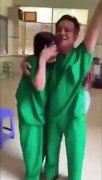 Y bác sĩ ôm nhau bật khóc khi bệnh nhân C