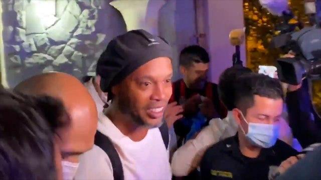 Ronaldinho déchaine les foules à sa sortie de prison