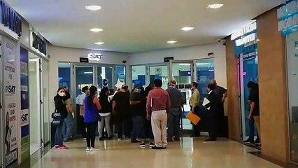 Largas filas de personas en las agencias de la SAT