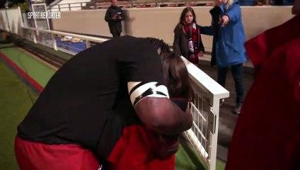 Une jeune supportrice toulonnaise pleure au départ de Mathieu Bastareaud