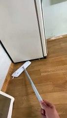 Un mec essaye de savoir qui fait du bruit sous le frigo