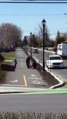 Des policier replacent la chaîne d'un vélo