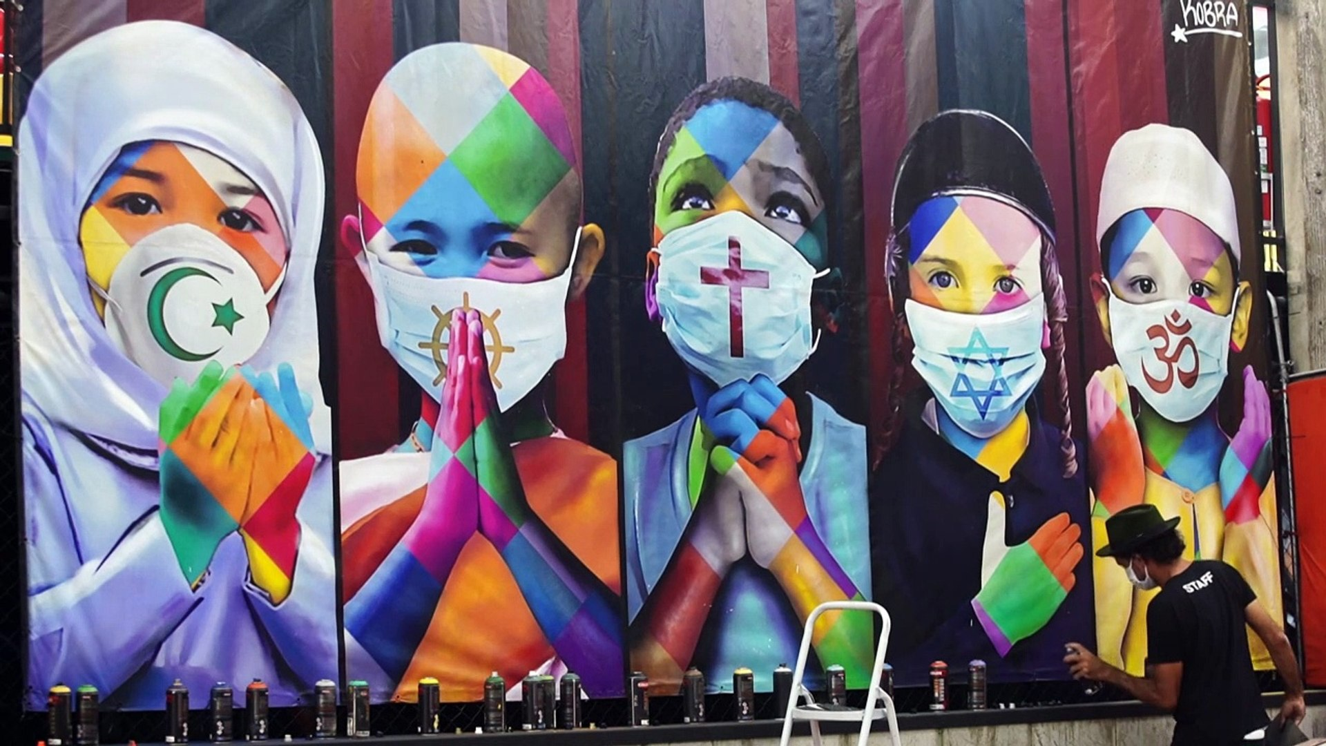 فنان جداريات برازيلي يرسم ويساعد الآخرين في زمن كورونا