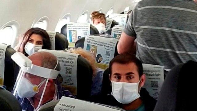 Coronavirus : des passagers serrés comme des sardines dans un avion