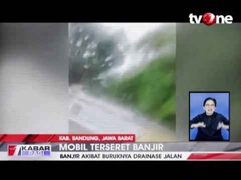 Nekat Terobos Banjir, Mobil Terseret Arus