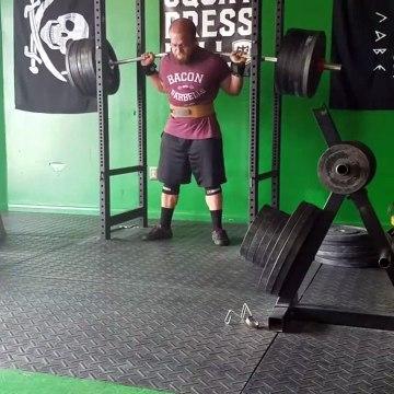 Ce gars a mis beaucoup trop de poids sur sa barre de musculation !
