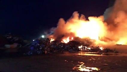 Impressionnant incendie sur le site d'une entreprise de recyclage de déchets à Montoir-de-Bretagne