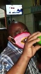 Lui il a tout compris avec son masque coronavirus à fermeture éclair pour boire de la bière!