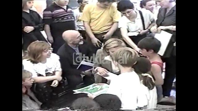 Zonja Anan dhe Lidra Mejdani vizitojne kampin e Pishinave (20 Maj 1999)