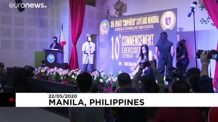 Filipinler'de Covid-19 nedeniyle iptal edilen mezuniyet törenine 'robotlarla çözüm'